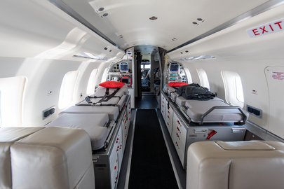 Multifunctional stretchers in the cabin of the Challenger 650